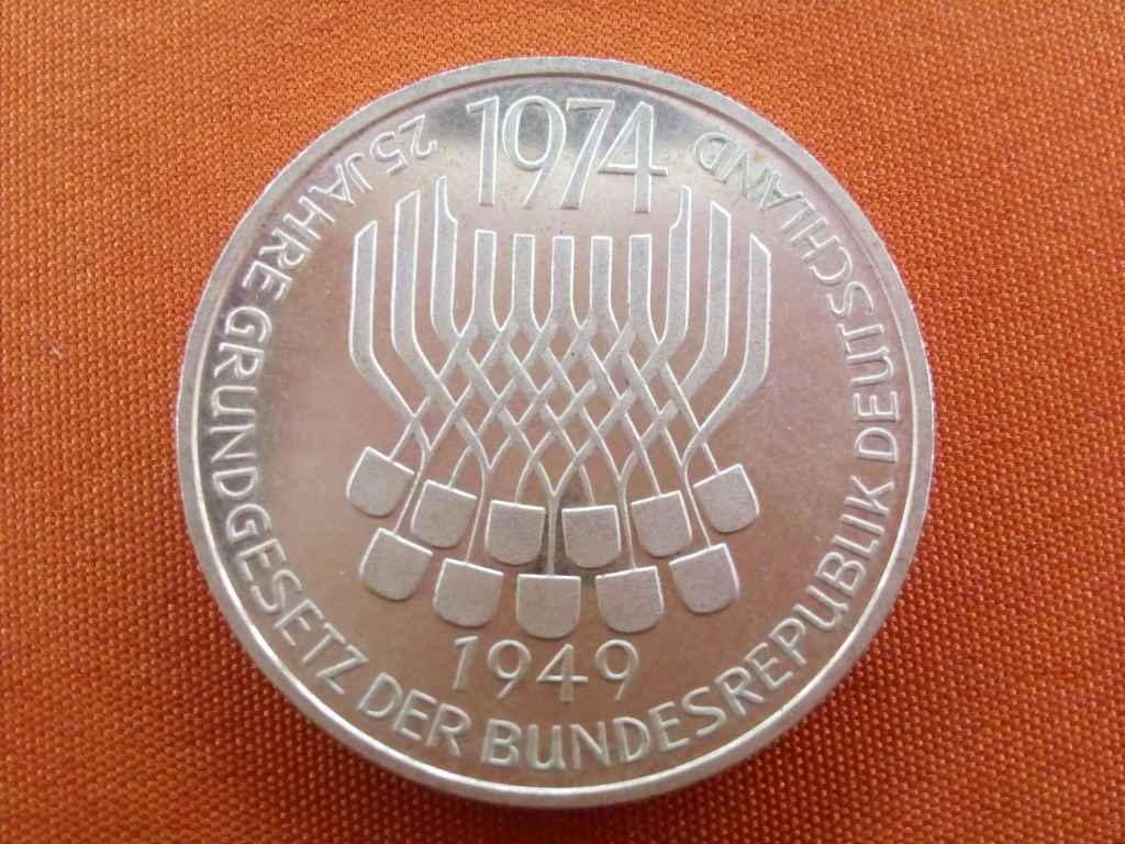 Gyönyörű ezüst Grungesetzt emlék 5 márka 1974 F