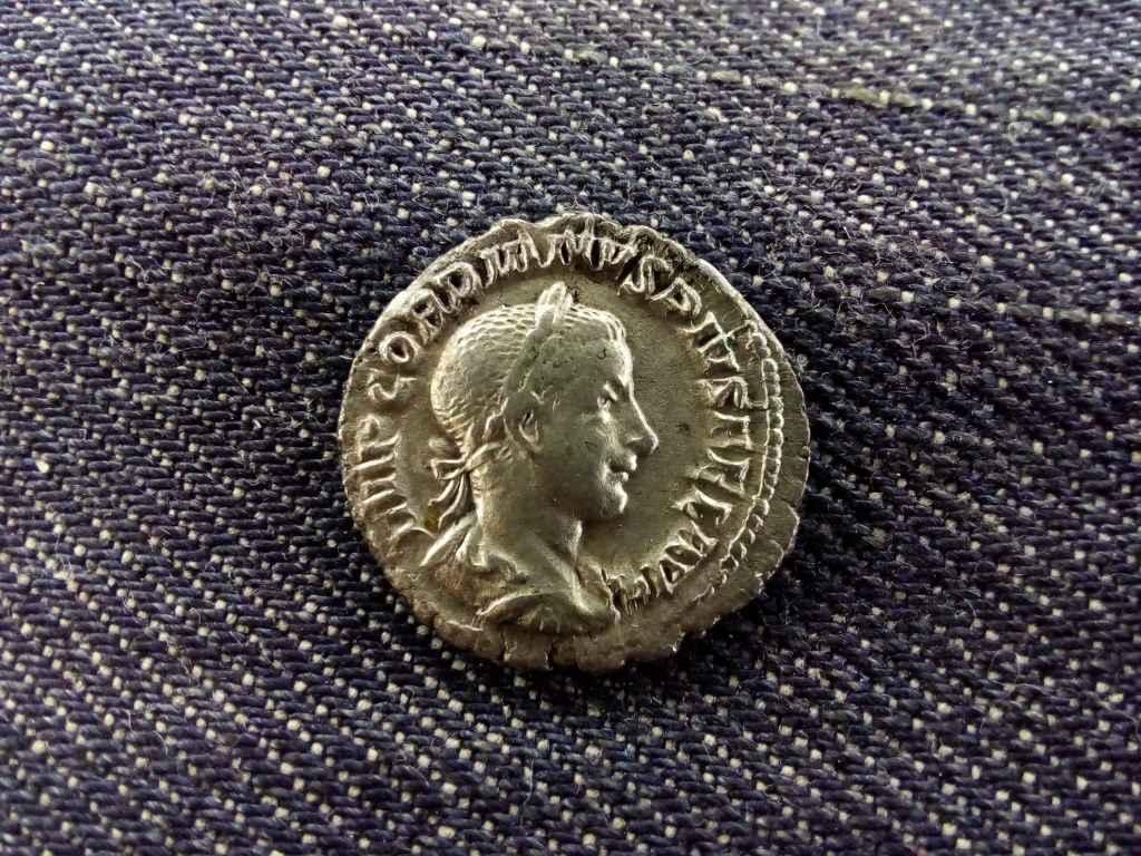 III. Gordianus Dénár 238-244 PIETAS AVGVSTI
